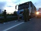 Hà Nội: Lái xe ben tông thẳng vào 2 tên cướp đang dùng hung khí đe dọa đôi vợ chồng