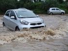 Mưa lớn trút xuống Hà Nội, đại lộ Thăng Long ngập trong biển nước