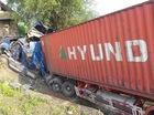 Xe container lao xuống vực, tài xế và phụ xe thoát chết thần kỳ