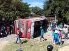 Ba người thoát chết khi xe khách đâm sập nhà