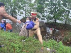 CSGT giúp đỡ hai mẹ con bị rơi xuống vũng nước sâu