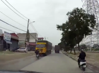 Sang đường đột ngột, xe máy đấu đầu xe tải