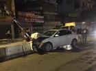 Hà Nội: Mazda tông trực diện dải phân cách giữa đường, đầu xe nát bét