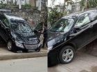 """Lào Cai: Lùi quá đà, Toyota Camry """"gác"""" đuôi lên bức tường"""