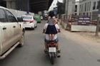 Hành động giữa phố gây nguy hại tới con gái của ông bố Việt