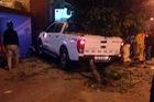 Ma men lái bán tải cuốn nhiều xe máy vào gầm trên đường phố Hà Nội