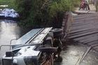 Sập cầu, xe tải rơi xuống sông, tài xế thoát chết trong gang tấc