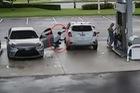 Kẻ gian đi Toyota Camry, ăn trộm ví trong xe SUV tại cây xăng
