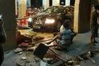 Cán bộ thành phố lái Toyota lao vào nhà hàng, 12 người bị thương