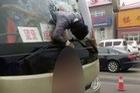 Cố tình lao từ trong xe buýt ra ngoài, hành khách mắc kẹt trên kính chắn gió