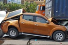 Bắc Ninh: Nissan Navara bị kẹp giữa 2 xe container, bẹp dúm