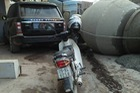 Hưng Yên: Xe trộn bê tông đâm cột điện, lật sát Range Rover