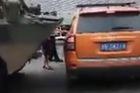 Xe SUV tạt đầu xe bọc thép của quân đội và cái kết dễ đoán