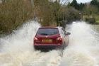 5 mẹo giúp lái xe an toàn khi đi trong trời mưa giông lớn