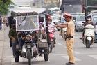 Hà Nội ra quân xử lí xe tự chế chở hàng hóa cồng kềnh gây nguy hiểm trên đường phố