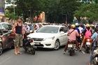 Ông Tây chặn ô tô chạy ngược chiều ở trung tâm Sài Gòn