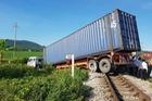 """Container """"ngủ"""" trên đường ray, tàu hỏa chờ hàng tiếng đồng hồ"""