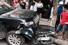 Hà Nội: Nữ tài xế mất lái Range Rover đâm vào người đi xe máy