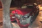 Sài Gòn: Tông vào gốc cây lúc nửa đêm, Mercedes-Benz C-Class nát đầu