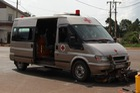 Ôtô chở quan tài tông xe máy hai người nhập viện