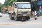 Hai nữ sinh bò ra từ gầm xe tải, nhiều người đứng tim