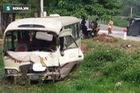 Nghệ An: Xe khách lao dốc đâm xe tải, 2 tài xế nhập viện cấp cứu
