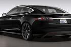 Xe điện Tesla tự động tăng tốc đột ngột, cứu chủ nhân thoát khỏi tai nạn trông thấy