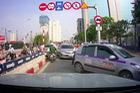 Người dân đua nhau đi ngược chiều tại cầu vượt Hoàng Minh Giám