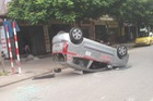 Hà Nội: Né một chiếc ô tô đang lùi xe, taxi