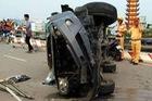 Sài Gòn: Toyota Fortuner tông dải phân cách, lật nghiêng, 3 người thương nặng