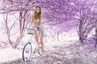Ngẩn ngơ vì cô nàng tóc vàng, váy mỏng bên xe đạp
