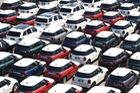 Hình ảnh hàng trăm chiếc Mini và Jaguar mới xếp hàng như xe đồ chơi tại cảng khiến ai cũng thích thú