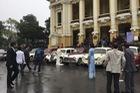 Dàn xe ô tô cổ đón dâu gây chú ý tại Hà Nội