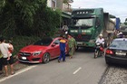 Xe tiền tỷ Mercedes-AMG CLA45 bị ô tô tải đâm bẹp dúm đuôi tại Thái Nguyên