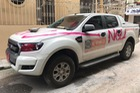 Hà Nội: Đỗ trong ngõ, ô tô bán tải Ford Ranger bị xịt sơn hồng khắp xe