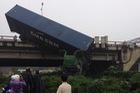 Tai nạn liên hoàn tại cầu Thanh Trì, một xe container cắm đầu xuống đất