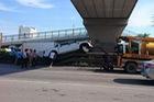 Hải Dương: Xe bán tải Ford Ranger leo lên dải ta-luy, đâm vào trụ cầu vượt