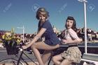 Hai cô nàng nhí nhảnh bên xe đạp