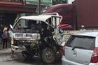 Va chạm với xe máy, người đàn ông đâm vào xe buýt rồi lao vào dải phân cách