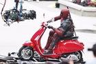 Nam tài tử Ryan Reynolds giả vờ điều khiển Vespa Primavera như thật trên phim trường