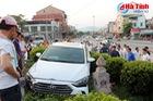 Hà Tĩnh: Hyundai Elantra đâm xe máy, lao lên bồn cây cảnh