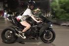 Chân dài lái Kawasaki Ninja H2 hơn 1 tỷ Đồng trên phố đi bộ Nguyễn Huệ gây xôn xao