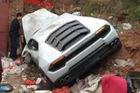 Siêu xe Lamborghini Huracan mất lái, đâm vào bãi rác