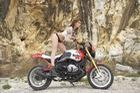 Cô nàng khoe thân bên xế độ BMW R NineT Malboro
