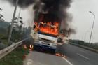 Hà Nội: Xe tải mang BKS Lào bốc cháy dữ dội trên đại lộ Thăng Long