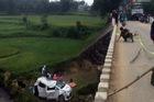 Quảng Ngãi: Taxi rơi xuống cầu trong đêm, 1 người chết, 5 người bị thương