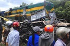 Xe tải bị tàu hỏa kéo lê 300m, 2 người thương vong