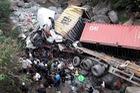 Ôtô tải và xe container cùng lao xuống suối, 4 người bị thương