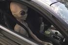 """Cảnh sát giao thông trố mắt nhìn """"người ngoài hành tinh"""" ngồi ô tô chạy vun vút trên đường cao tốc"""