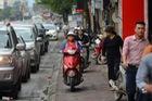 Xe máy cày nát vỉa hè, đe dọa người đi bộ